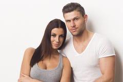 Het gelukkige heteroseksuele paar omhelzen Royalty-vrije Stock Foto's