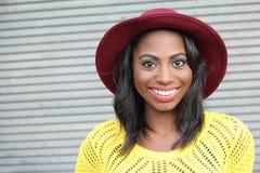 Het gelukkige heup Afrikaanse vrouw glimlachen stock foto
