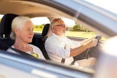 Het gelukkige hogere paar drijven in auto royalty-vrije stock afbeeldingen