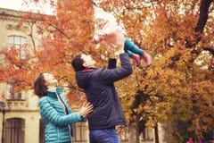 Het gelukkige houden van family& x28; moeder, vader en weinig dochter kid& x29; outd Stock Fotografie