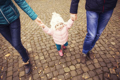 Het gelukkige houden van family& x28; moeder, vader en weinig dochter kid& x29; outd Royalty-vrije Stock Afbeelding