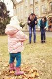 Het gelukkige houden van family& x28; moeder, vader en weinig dochter kid& x29; outd royalty-vrije stock foto