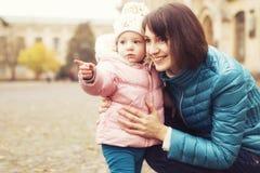 Het gelukkige houden van family& x28; moeder, vader en weinig dochter kid& x29; outd Royalty-vrije Stock Afbeeldingen