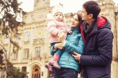 Het gelukkige houden van family& x28; moeder, vader en weinig dochter kid& x29; outd stock foto's