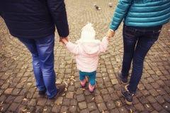Het gelukkige houden van family& x28; moeder, vader en weinig dochter kid& x29; outd stock foto