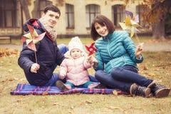 Het gelukkige houden van family& x28; moeder, vader en weinig dochter kid& x29; outd royalty-vrije stock foto's