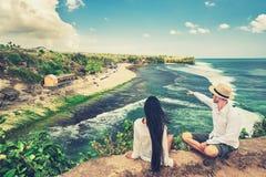 Het gelukkige houdende van paar in liefde geniet van wittebroodsweken op tropisch strand op achtergrondaardlandschap royalty-vrije stock afbeeldingen