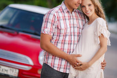 Het gelukkige houdende van paar reist in de rode auto stock fotografie