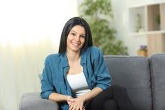 Het gelukkige huiseigenaar stellen die u thuis bekijken stock foto's