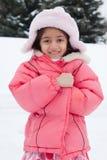 Het gelukkige Indische het meisje van het Oosten spelen in de sneeuw Royalty-vrije Stock Afbeeldingen