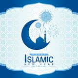 Het gelukkige Islamitische nieuwe jaar met moskee op Toenemende maan en het vuurwerk ondertekenen op blauw Arabisch kader en patr stock illustratie