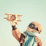 Het gelukkige jong geitje spelen met stuk speelgoed vliegtuig royalty-vrije stock fotografie