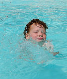 Het gelukkige jong geitje zwemmen Royalty-vrije Stock Afbeeldingen