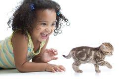 Het gelukkige jong geitjemeisje spelen met katje royalty-vrije stock foto's