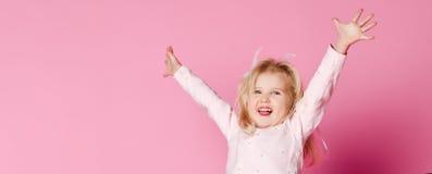 Het gelukkige jong geitjepyjama springen royalty-vrije stock foto's