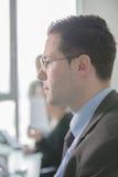 Het gelukkige jonge bedrijfsmensenwerk in modern bureau Knappe Zakenman In Office De echte econoom bussinesmen, niet een model stock foto's