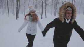 Het gelukkige jonge binnen in werking gestelde paar wintergarden stock videobeelden