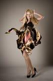 Het gelukkige jonge blonde meisje dansen Stock Afbeelding
