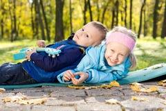 Het gelukkige jonge broer en zuster spelen Stock Afbeeldingen