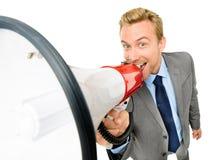 Het gelukkige jonge bussinessman schreeuwen met megafoon op witte backgr Royalty-vrije Stock Foto