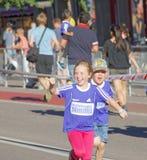 Het gelukkige jonge meisje en jongens lopen Stock Fotografie