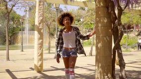 Het gelukkige jonge mengen-rasvrouw lopen stock video