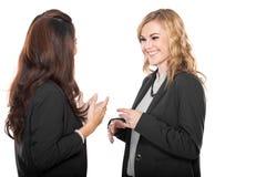 Het gelukkige jonge onderneemster twee geïsoleerd spreken, Stock Afbeeldingen