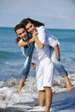 Het gelukkige jonge paar heeft pret bij mooi strand Royalty-vrije Stock Fotografie