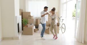 Het gelukkige jonge paar het vieren zich naar huis bewegen stock videobeelden