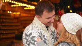Het gelukkige Jonge Paar Koelen samen in Warme Kleren, Kerstmis Feestelijk bij Achtergrond, Familie die op Kerstmis lachen stock videobeelden