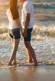 Het gelukkige jonge paar in liefde heeft pret op mooi strand bij beauti stock afbeeldingen