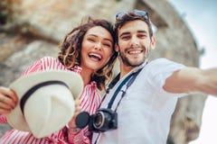 Het gelukkige jonge paar maakt samen selfie royalty-vrije stock afbeelding