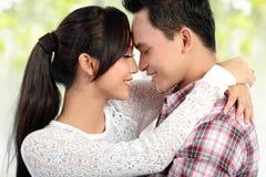 Het gelukkige jonge paar omhelzen royalty-vrije stock afbeelding