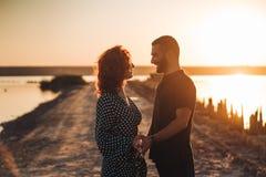 Het gelukkige jonge paar stellen bij de camera royalty-vrije stock fotografie