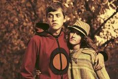 Het gelukkige jonge paar van de manierhippie in liefde in de herfstpark Royalty-vrije Stock Afbeeldingen