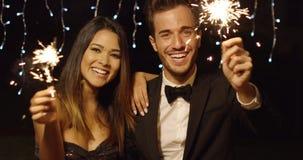 Het gelukkige jonge paar welkom heten in het Nieuwjaar Royalty-vrije Stock Fotografie