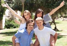 Het gelukkige jonge paren genieten van royalty-vrije stock foto