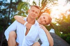 Het gelukkige jonge romantische paar in liefde heeft pret op strand bij de zomerdag royalty-vrije stock afbeelding