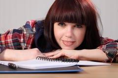 Het gelukkige jonge studentenmeisje neemt een thuiswerkonderbreking Royalty-vrije Stock Afbeelding