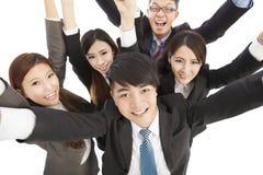 Het gelukkige jonge succes commerciële team heft handen op Royalty-vrije Stock Foto's