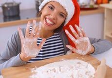Het gelukkige jonge vrouw gelukkig glimlachen hebbend pret met Stock Foto's