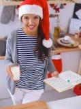 Het gelukkige jonge vrouw gelukkig glimlachen hebbend pret met Royalty-vrije Stock Afbeeldingen