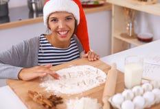 Het gelukkige jonge vrouw gelukkig glimlachen hebbend pret met Stock Fotografie