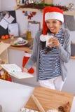 Het gelukkige jonge vrouw gelukkig glimlachen hebbend pret met Stock Afbeeldingen