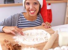 Het gelukkige jonge vrouw gelukkig glimlachen hebbend pret met Royalty-vrije Stock Afbeelding
