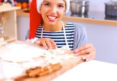 Het gelukkige jonge vrouw gelukkig glimlachen hebbend pret met Kerstmisvoorbereidingen die Kerstmanhoed dragen Stock Foto's