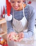 Het gelukkige jonge vrouw gelukkig glimlachen hebbend pret met Kerstmisvoorbereidingen die Kerstmanhoed dragen Royalty-vrije Stock Fotografie