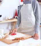 Het gelukkige jonge vrouw gelukkig glimlachen hebbend pret met Kerstmisvoorbereidingen die Kerstmanhoed dragen Stock Fotografie