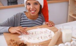Het gelukkige jonge vrouw gelukkig glimlachen hebbend pret met Kerstmisvoorbereidingen die Kerstmanhoed dragen Royalty-vrije Stock Foto