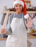 Het gelukkige jonge vrouw gelukkig glimlachen hebbend pret met Kerstmisvoorbereidingen die Kerstmanhoed dragen Royalty-vrije Stock Afbeeldingen
